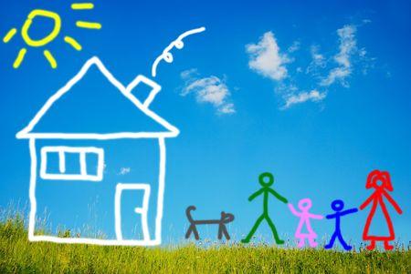 Familia feliz y su mascota frente a la casa, pintada de