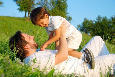 Escena de la felicidad de la familia en hermosas y verdes praderas Foto de archivo - 5411423