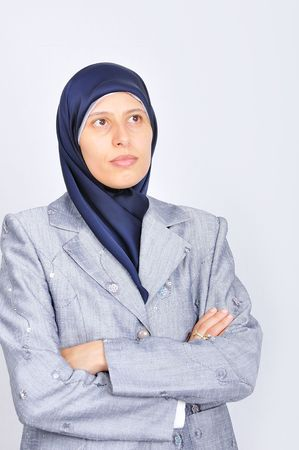 Jonge blanke mooie moslim vrouwen staand Stockfoto - 5488733