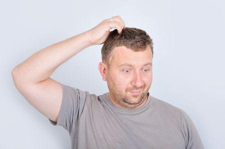 persona confundida: Hombre joven con expresi�n confusa en la cara