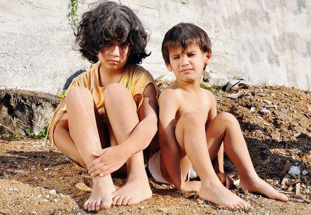 wees: Armoede en poorness op de expressie van kinderen Stockfoto