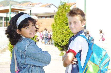 ir al colegio: Ni�os felices en frente de la escuela, al aire libre, de verano a oto�o Foto de archivo