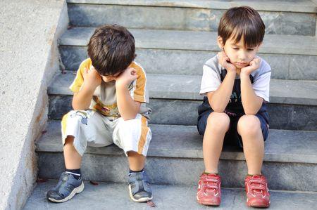 gente triste: Dos ni�os tristes sobre las medidas Foto de archivo