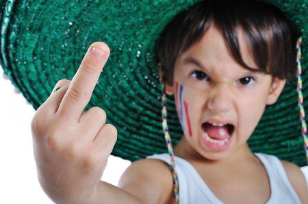 Un ni�o peque�o con un gesto grosero, el dedo medio hasta Foto de archivo - 5781918
