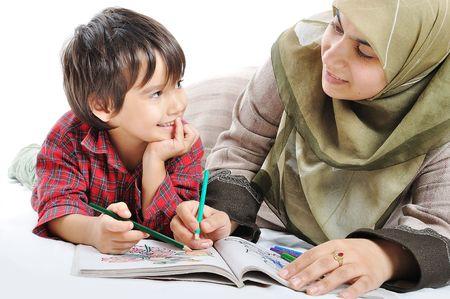 femmes muslim: Un peu de peinture cute kid sur fond blanc
