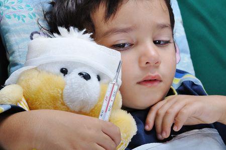 fieber: Kranke boy Lizenzfreie Bilder