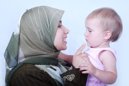 petite fille musulmane: M�re musulmane avec un b�b�.  Banque d'images