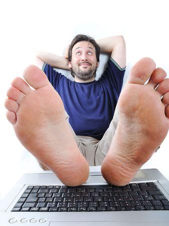piernas hombre: El hombre tranquilo en la computadora port�til