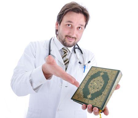 kuran: Giovane medico maschio attraente in abiti caratteristici