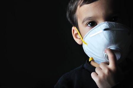 contaminacion aire: Ni�o peque�o con una m�scara en la cara