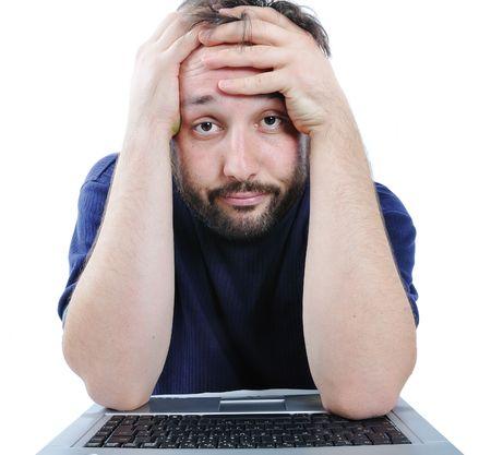 homme regardant ordinateur en désespoir de cause