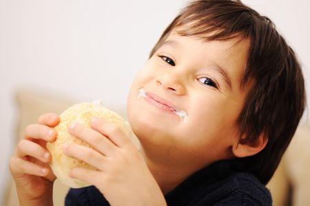 hambriento:   Ni�o comer sano s�ndwich sobre fondo blanco
