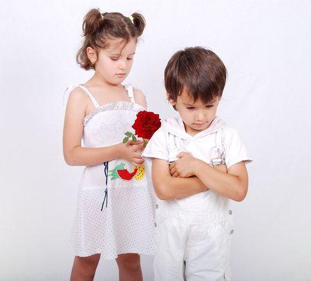 perdonar:  Hermoso escenario de un ni�o y la ni�a con Rosa