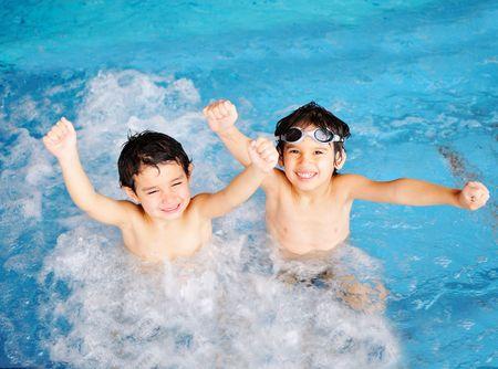 Kinderen bij zwembad, geluk en vreugde Stockfoto