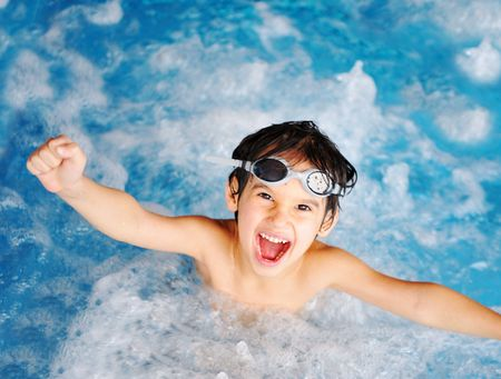 Kinderen bij zwembad, geluk en vreugde