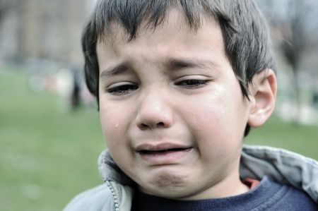 child crying: ni�o llora al aire libre Foto de archivo