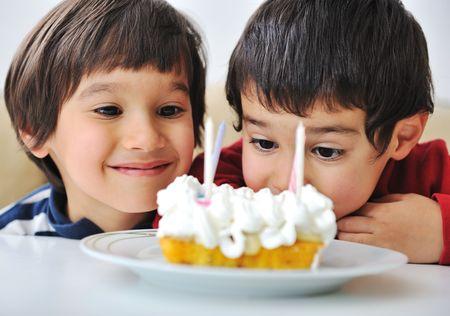 ni�os comiendo: Lindo ni�o positivo