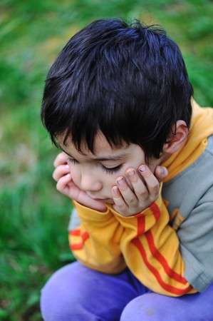 Cier: smutna dzieci w charakterze na zewnątrz