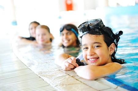 ni�os nadando: En la hermosa piscina, gran tiempo de verano!