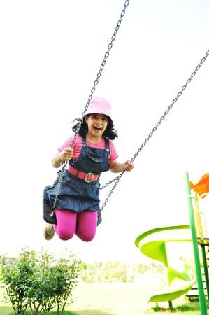 columpio: En el patio de recreo, oscilando