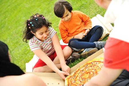 pique nique en famille: Manger des pizzas, pique-nique, en plein air de famille