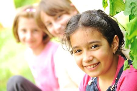 ni�as sonriendo: Amigos al aire libre