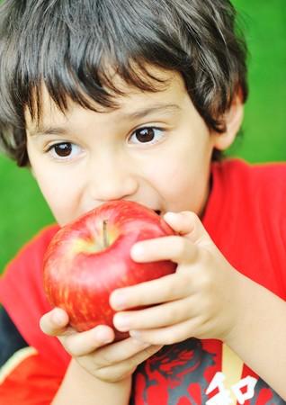 ni�os comiendo: Comer una manzana