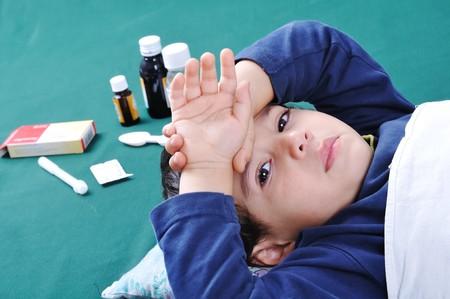 krankes kind: Krankes Kind mit Sanit�ter und Pillen hinter ihm