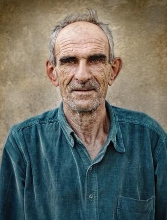 homme chauve: Photo de vieux artistique de vieillard chauve, arri�re-plan vintage grunge