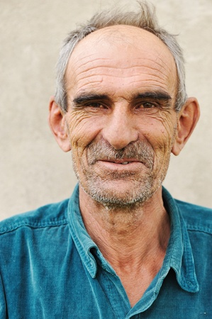 vecchiaia: Anziano uomo calvo, sorriso naturale e positiva grimace Archivio Fotografico