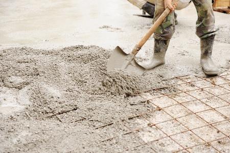 concreto: Trabajo de construcci�n montar cuadr�culas de hierro en el fotograma listo para trabajos de hormigonado