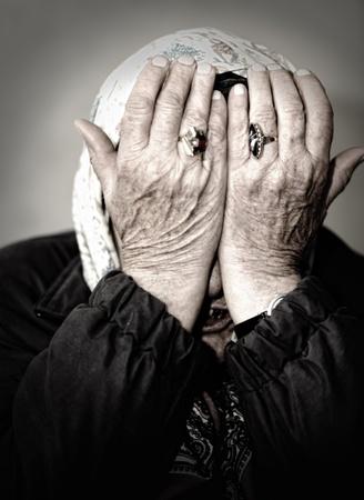 mujer llorando: Llorando con las manos en su rostro de mujer madura