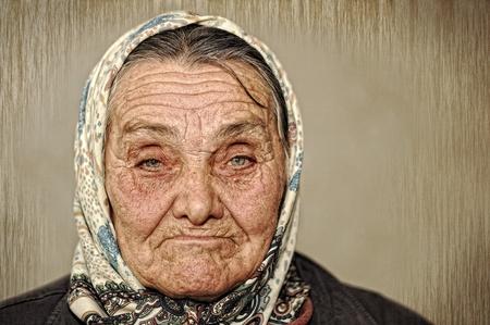 緑色の目と頭にスカーフと成熟した女性のポートレート