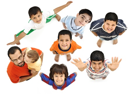 hombre arabe: Ni�os felices, positivos varones sonrientes frescos desde arriba, �ngulo diferente, aislado en el cuerpo de blanco, completo. Padre con el beb� en brazos con ellos.