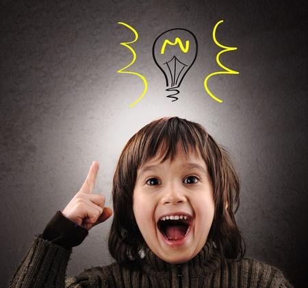 Uitmuntend idee, kind met geïllustreerde lamp boven zijn hoofd