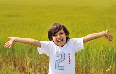 オープンの腕を屋外に幸せな少年