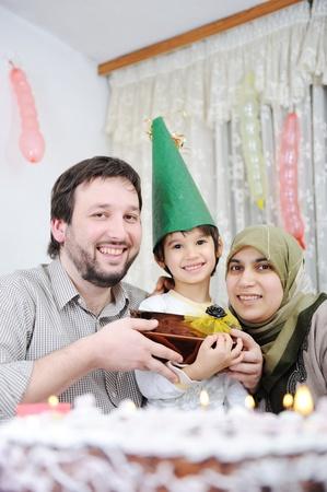 femmes muslim: Anniversaire de famille musulmane Banque d'images
