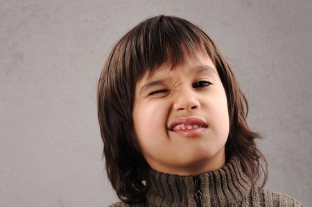 actitud positiva: Colegial, serie de inteligente ni�o 6-7 a�os con expresiones faciales Foto de archivo