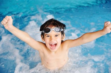 splash pool: Actividades en la piscina, los ni�os nadando y jugando en el agua, la felicidad y la hora de verano