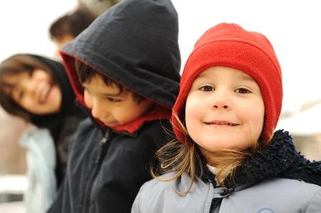 ropa de invierno: Grupo feliz de ropa de invierno al aire libre, los ni�os