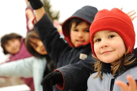ni�os contentos: Grupo feliz de ropa de invierno al aire libre, los ni�os