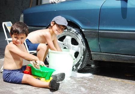preadolescentes: Jugando el coche y limpieza, ni�os en verano