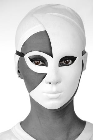 Retrato de una bella chica negra con máscara blanca Foto de archivo