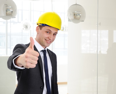 ingeniero civil: Arquitecto de éxito con el casco de la celebración de su dedo pulgar hacia arriba