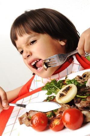 niños malos: Kid negándose a comer alimentos