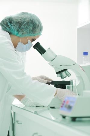 microscope: Trabajar en el laboratorio con microscopio