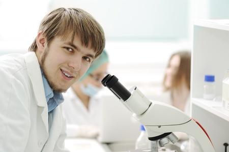 biotecnologia: Equipo de trabajo con microscopios en un laboratorio