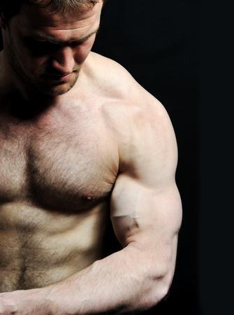 poses de modelos: Hombre fuerte con un cuerpo de helthy