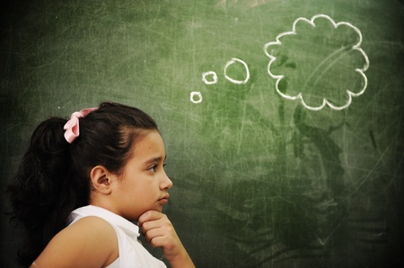 nursery education: Las actividades de educaci�n en el aula en la escuela, chica inteligente pensando, copiar espacio Foto de archivo
