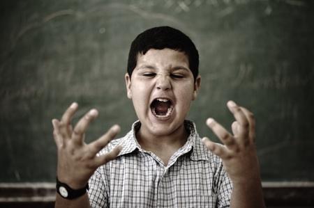 ni�os malos: Alumno en la escuela loco furioso gritando Foto de archivo
